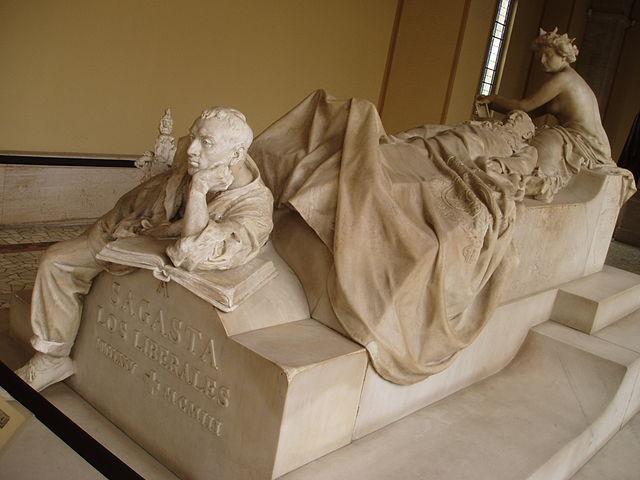 Tumba de Mateo Sagasta, esculpida por Mariano Benlliure