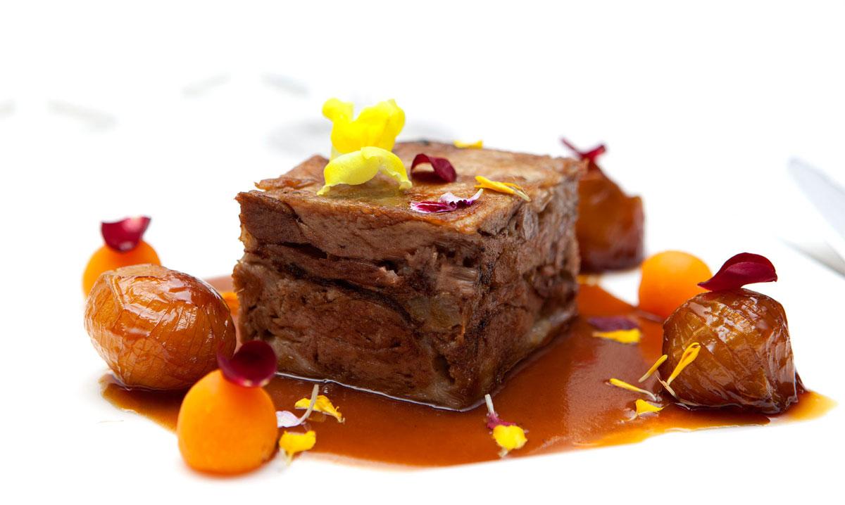 Lingote de cordero confitado a baja temperatura con jugo de su asado, cebollitas francesas glaseadas y perlas de calabaza