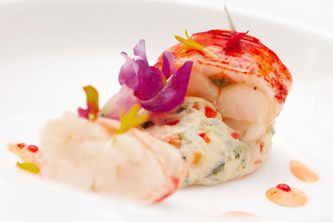 Crema de bogavante con sus medallones,mosaico de verduras infusionado en ibérico,aliño de su coral y sal de regaliz